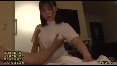 出張マッサージで来た熟女が勃起したちんこを見て発情していくおばさんの動画