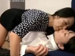 親戚の叔母さんが娘と舌を絡ませ体を弄りレズプレイしていくおばさんの動画