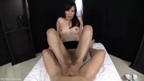 美人な熟女女優澤村レイコのオナニーやセックスが楽しめるおばさんの動画