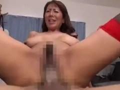 爆乳な義母が息子達を誘惑し近親相姦していくおばさんの動画