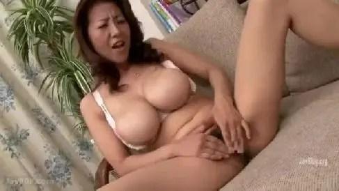 爆乳な母親が自分の下着でオナニーしていた息子に欲情し近親相姦していく人妻熟女の動画