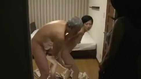 中年夫婦が夫婦交換し覗かれながら興奮していくおばさんの動画