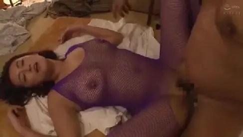 再婚相手の夫に内緒で息子と近親相姦していく熟女セックス動画