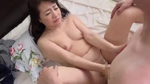 孫の勃起したちんこに我慢出来ず咥えだす六十路の義母のセックス動画
