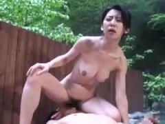 欲求不満な母親が一人息子と旅行先で我慢出来ず母子相姦していく熟女セックス動画