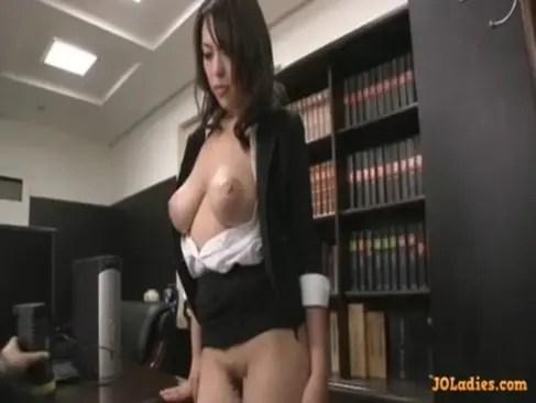 社長秘書をしてる美巨乳熟年女が性欲管理!妖艶な笑みを浮かべてチンポをねっとりとフェラチオしちゃうおばさんの動画