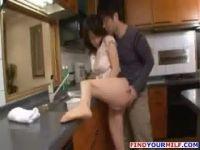 美人で美尻な母親にムラムラした息子が台所で父親にバレない様熟女のおまんこを弄りそのまま近親相姦しちゃうマドンナ完熟動画