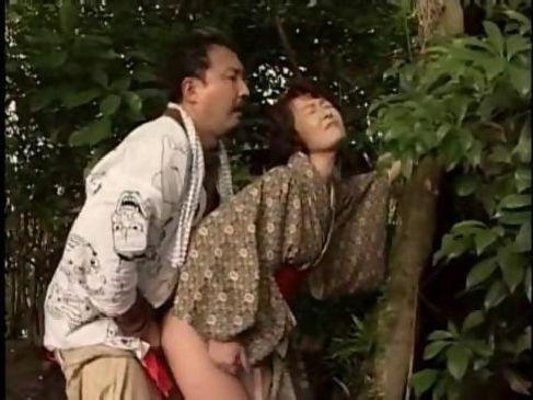 着物の五十路熟女が神社で男とイチャイチャしながら野外セックスする田舎の女のヘンリー動画
