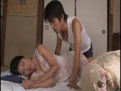 五十路美熟女母が就寝中にイタズラされる完熟動画