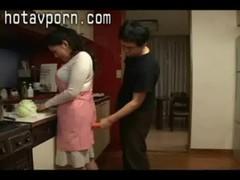 浅倉彩音が料理中にエッチなイタズラをされる