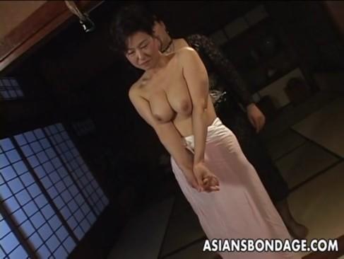 緊縛プレイが大好きな六十路熟女!巨乳なおっぱいやだらしのない身体を拘束されて喘ぐおばさんの動画