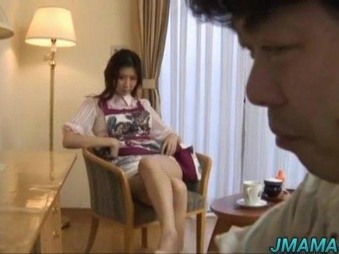 上品そうな美貌と美乳ボディの四十路熟女妻が簡単におまんこを許しちゃう!夫の事など忘れて不倫してるおばさん体験動画