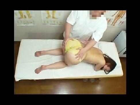 エロマッサージ師の巧みなエロテクで発情させられてる40代の貧乳美熟女のjyukujo動画画像無料
