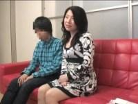 息子の性教育の為にAV鑑賞をしていた四十路美熟女母が欲情してオナニーを始める近親相姦動画