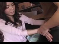 息子のオナニーを手伝うセレブ系四十路熟女母!笑みを浮かべながら手コキや乳首コキしてザーメンを抜き取るjyukujo動画