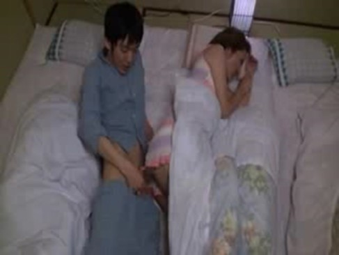 変態義息にチンポを擦り付けられて発情する40代の熟年女義母!寝ている夫の横でセックスしちゃういけない関係動画
