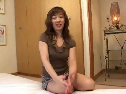 50代のきれいな素人熟女がポルノビデオに出演して黒ずみ陰核を弄られてる田舎の叔母さん動画体験