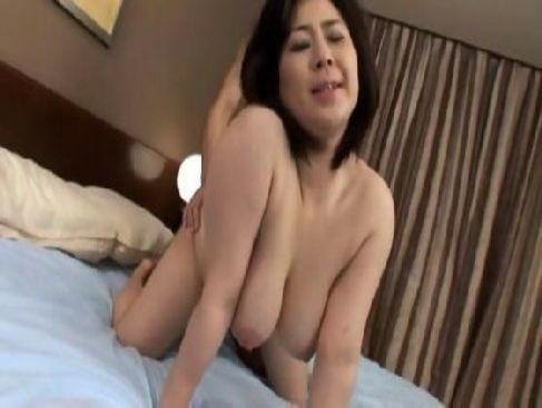 マダム系五十路熟女が豊満完熟な体で激しいセックスをしてるおめこなおばさんの動画50代無料