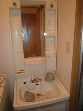 埃まみれ、汚れでくもった鏡の洗面所