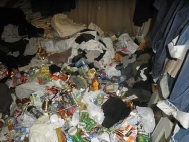 大阪市淀川区のゴミや不用品で完全に埋まったリビングを片付けるトリプルエス