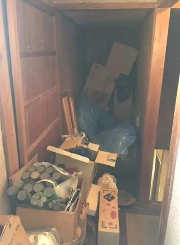 大きな納戸に長年放置された大量の不用品を回収するサービス