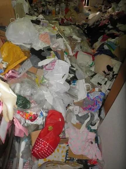 大阪市北区のゴミ屋敷片付けワンルームの床がゴミだらけ