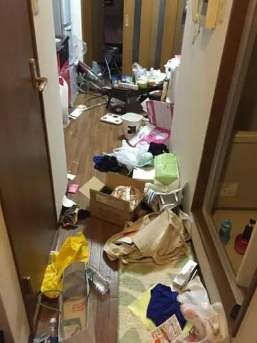要・不要品が積み上がり部屋をふさぐゴミ屋敷