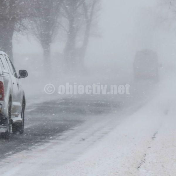 Poliția: Anvelopele de iarnă sunt obligatorii pe drumurile acoperite cu zăpadă, gheață sau polei