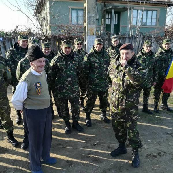 """Militarii Batalionului 113 Artilerie """"Bărăganul"""", în vizită la veteranul Constantin Gheorghe din Sudiți"""