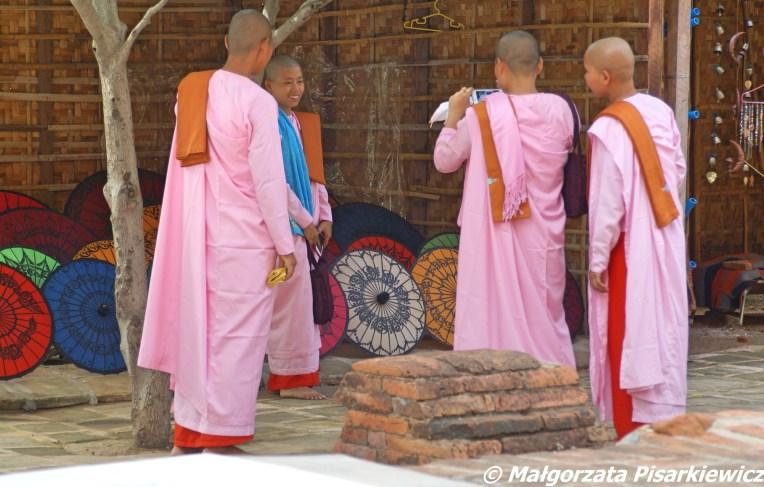 Młode mniszki robiące sobie zdjęcia