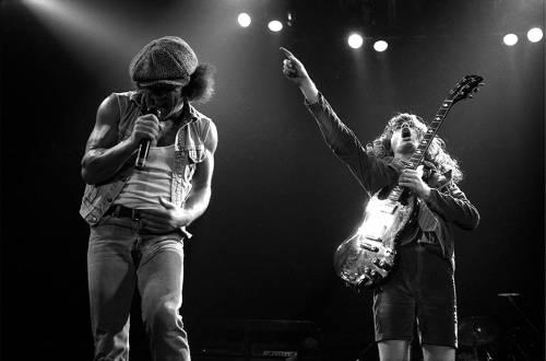 AC/DC en concert jouant back in black