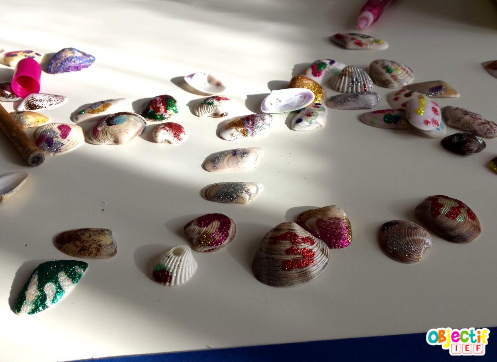 mosaïque de coquillage pailletée activité créative enfant Objectif IEF