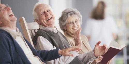 Personnes âgées qui rient