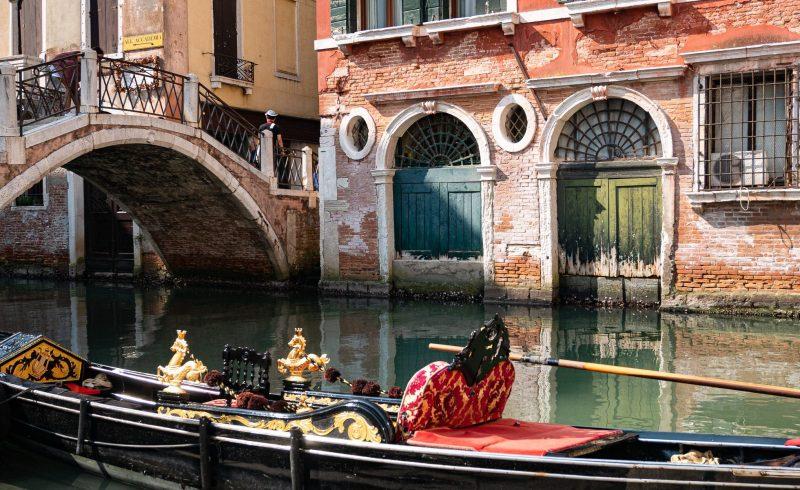 Faire une balade en gondole dans Venise