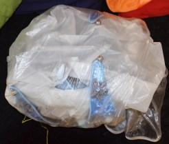 Les décorations fragiles du chapeau sont protégées avec du papier de soie et un sac plastique
