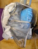 Les masques sont empilés avec une couche de papier ménage intermédiaire et placés dans le trou du chapeau, puis, le tout est enfilé dans la boîte