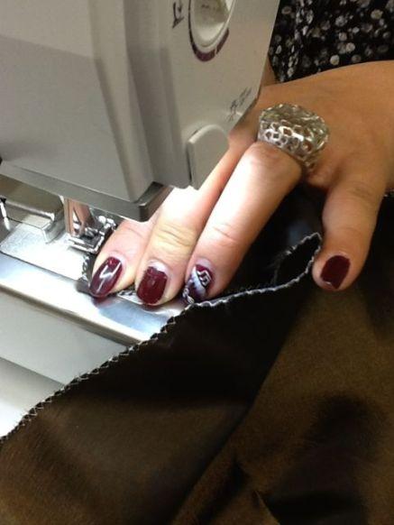 J'ai particulièrement apprécié le goût des finitions de ma collègue Dani qui va jusqu'à assortir ses ongles au tissu ! ;-)