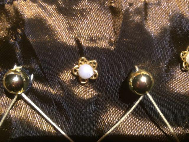 Rappel: les petites corolles dorées sevent à décorer le corsage