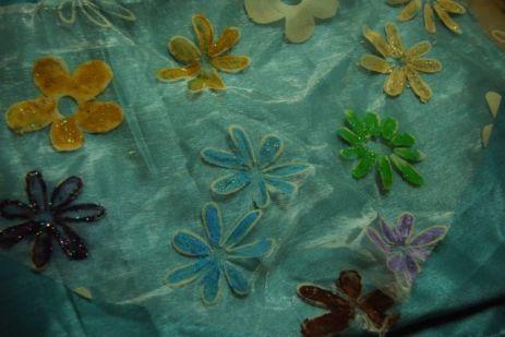 Sur le tissu de Yasmina, les fleurs seront jaunes dorées et turquoises
