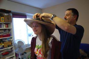 Christian redresse les pointes sur le chapeau