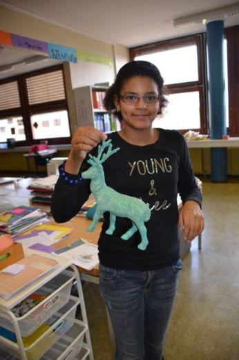 Yasmina a terminé le re-sablage de son renne, restera à le vernir encore