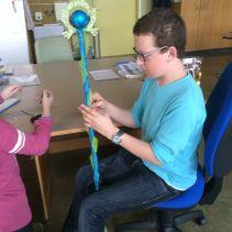Benjamin a ensuite fixé des feuilles de tissu peintes en vert avec l'aide d'Anaëlle