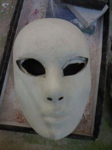 Le masque modèle permet de corriger le tracé des yeux qui s'est modifié avec l'enduit qui a débordé sur les orbites (il faudra que je pense à l'essuyer une prochaine fois !)
