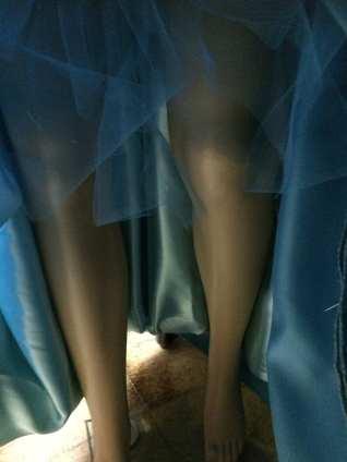 Depuis dessous, (la robe est beaucoup plus relevée qu'elle le sera ensuite !