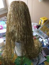 j'ai ensuite mis des guirlandes dorées pour faire des chveux