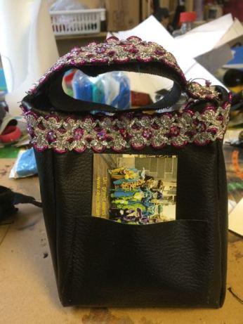 Au dos, une petite poche pour les cartes de visite dont une réserve peut se trouver à l'intérieur du sac.