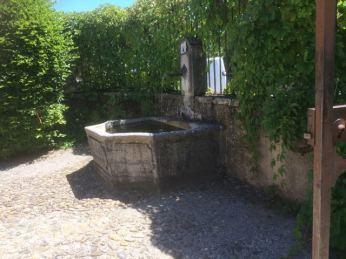 La fontaine de la cour d'entrée du château