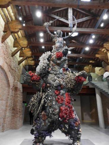 Beaucoup de statues sculptures sont incrustées de coraux