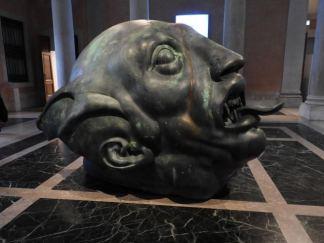 la tête du géant tombée à terre