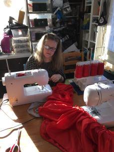 Petit délire entre Christine et moi lors de la fabrication du jupon. Elle fronce sur une machine, pendant qu'en face d'elle, sur la même pièce, je couds la dentelle avec une autre machine !